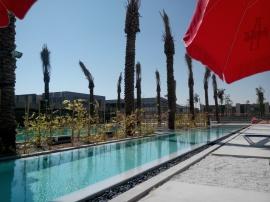 Ons Zwembad, de gebouwen op de achtergrond worden de definitieve sportfaciliteit met Olympische afmetingen, beter dan de KHK!!