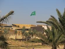 De Saudische vlag wappert trots en is echt gigantisch