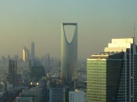 Uitzicht van boven, Kingdom, Financial District en Samsun Tower in de verte bij de compound